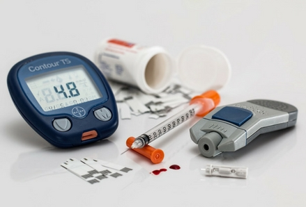 Blood glucose meter and supplies. Photo by Steve Buissinne, Pixabay.